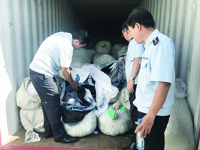 Nhiều khả năng hàng hóa giả mạo xuất xứ Việt Nam nêu trên sẽ được chuyển tải bất hợp pháp sang Hoa Kỳ, nhằm lẩn tránh xuất xứ hàng hóa Trung Quốc đang bị đánh thuế cao.Ảnh TH