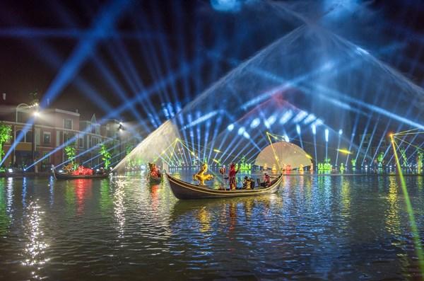 """Khi tiếng chuông từ Tháp Ánh sáng ngân vang, mặt hồ nơi những con thuyền Gondola vẫn bình thản chở du khách ngắm cảnh ban ngày chợt """"nổi sóng"""" trở thành một sân khấu khổng lồ. Ảnh: Vingroup"""