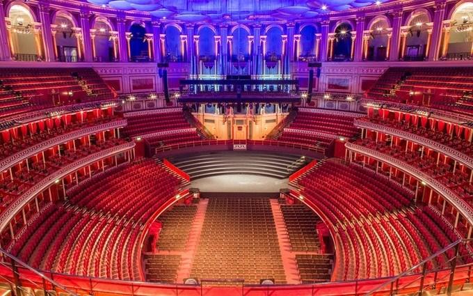 Nội khu dự án còn có nhà hát lớn, chuyên biểu diễn các show diễn đẳng cấp quốc tế quy mô như các show Alcaza (Thái Lan), Mao Lương Đỏ (Trung Quốc), Ký ức Hội An (Việt Nam)...