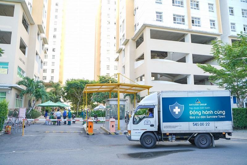 Tập đoàn Đất Xanh vừa trao tặng 520 phần quà trị giá gần 300 triệu đồng hỗ trợ cư dân chung cư Sunview Town (TP. Hồ Chí Minh) đang thuộc diện cách ly do liên quan đến ca dương tính với Covid-19. Ảnh DXG