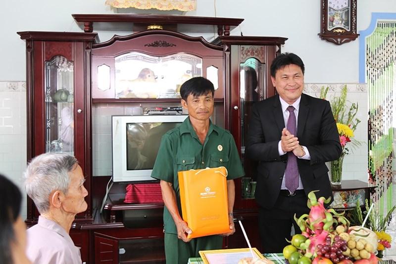 Ông Nguyễn Nam Hiền – Phó Tổng Giám đốc Tập đoàn Hưng Thịnh trao tặng phần quà đến hộ gia đình ông Nguyễn Thanh Hùng. Ảnh HT