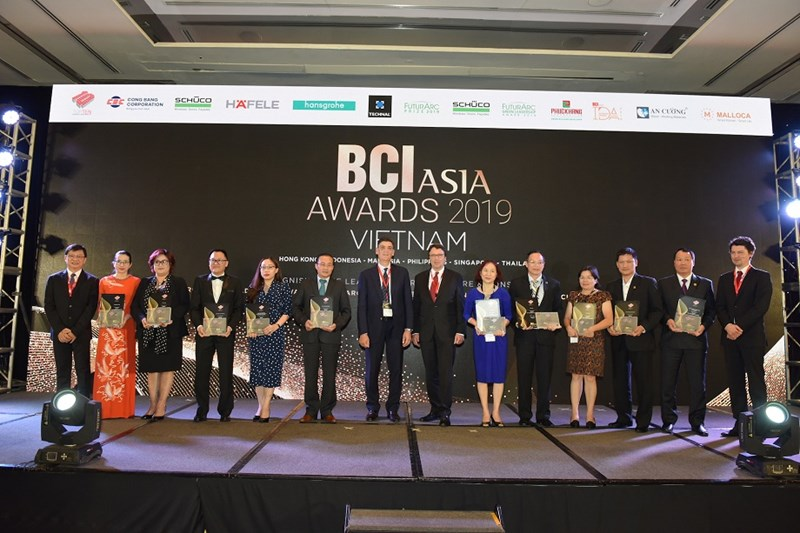 Đại diện Tập đoàn Hưng Thịnh chụp hình lưu niệm cùng Top 10 Developers - 10 Nhà đầu tư hàng đầu Việt Nam (BCI Asia Awards 2019). Ảnh HT
