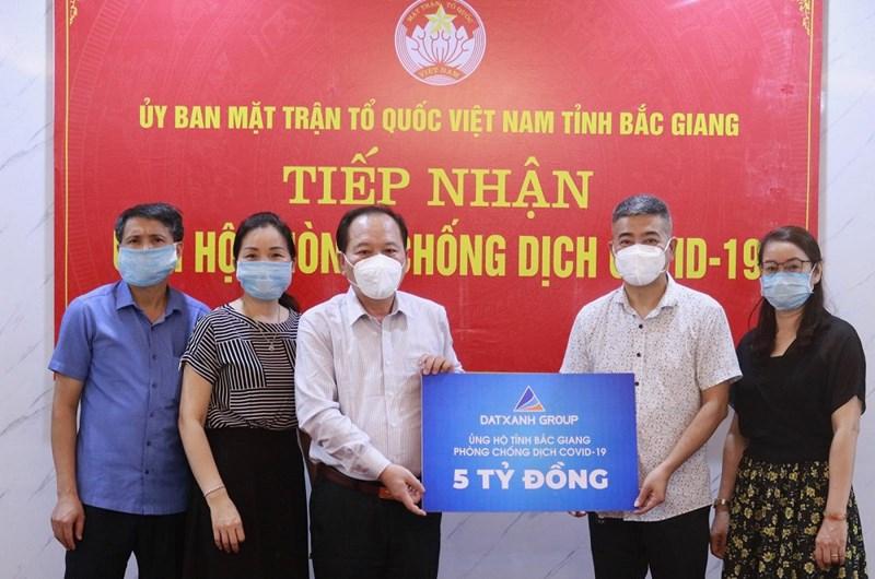 Đại diện Tập đoàn Đất Xanh ủng hộ 5 tỉ đồng cho Ủy ban MTTQ Việt Nam tỉnh Bắc Giang vào ngày 22/5. Ảnh: DXG