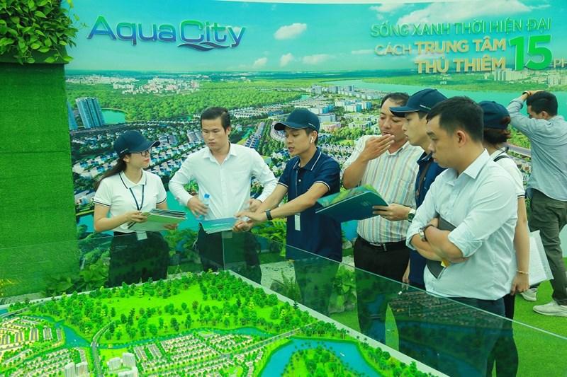 Khách hàng tìm hiểu mô hình sản phẩm Aqua City. Ảnh NVL