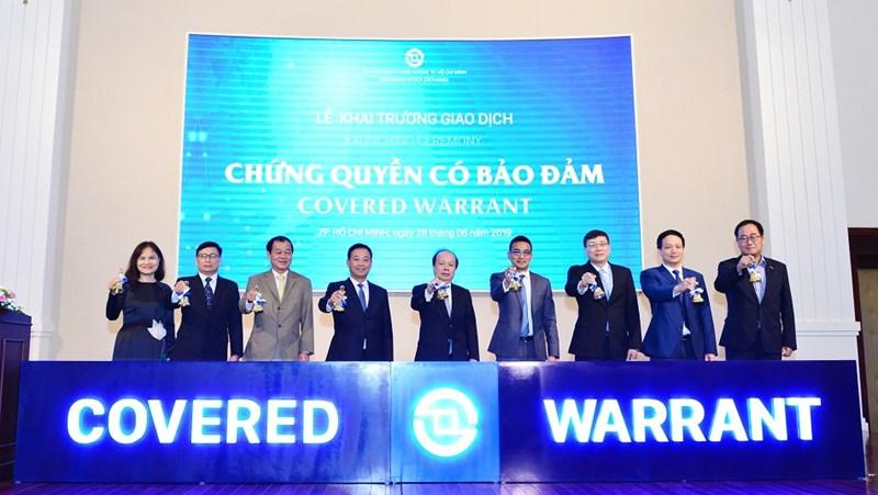 Thứ trưởng Bộ Tài chính Huỳnh Quang Hải cùng các lãnh đạo thực hiện nghi thức rung ruông khai trương giao dịch CW. Ảnh HOSE