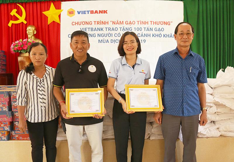 Ông Lê Văn Nên - Phó Chủ tịch UBND huyện Đức Huệ, tỉnh Long An (ngoài cùng bên phải) trao thư cảm ơn Vietbank.