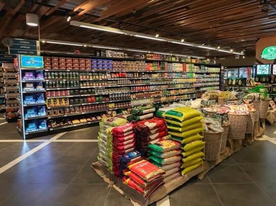 Siêu thị Bon Grocer luôn có đầy đủ các mặt hàng phục vụ nhu cầu của khách hàng. Ảnh: Nguyễn Phương