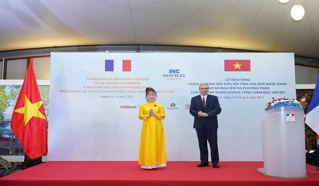 Đại sứ Pháp Nicolas Warnery trao Huân chương Bắc đẩu bội tinh cho bà Nguyễn Thị Phương Thảo. Ảnh T.H