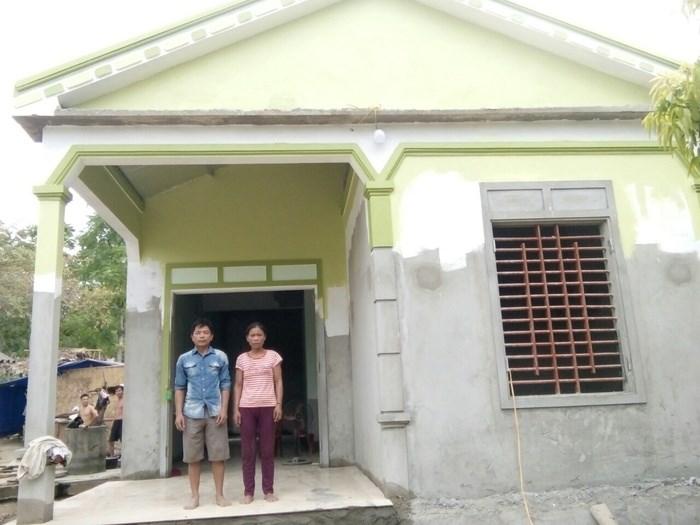 Vợ chồng ông Hà Đại Ngoan trước căn nhà mới. Ảnh VB