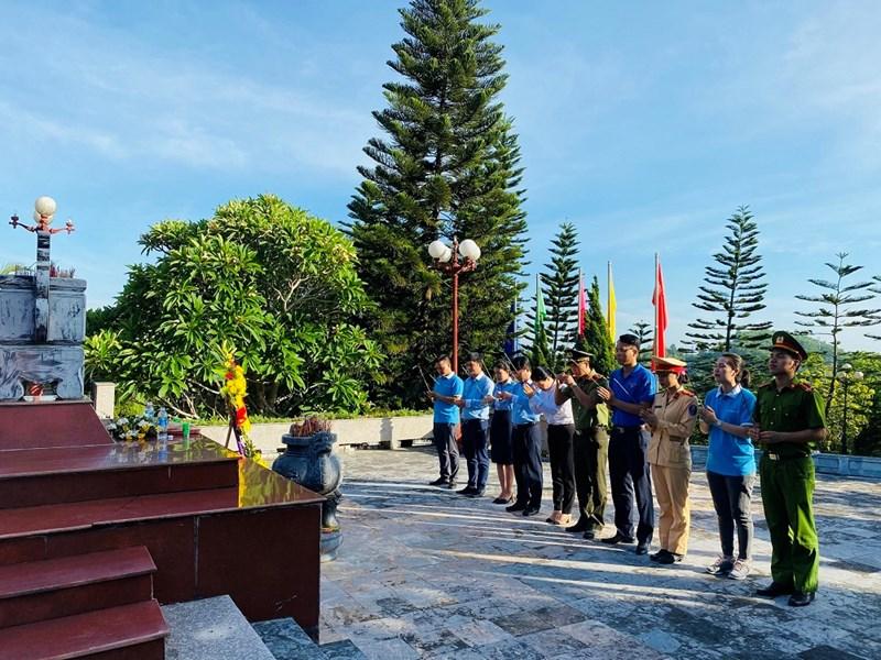 Đoàn CBNV đã đến dâng hương, dâng hoa tại nghĩa trang liệt sĩ quốc gia Nầm (Hương Sơn - Hà Tĩnh). Ảnh EIB