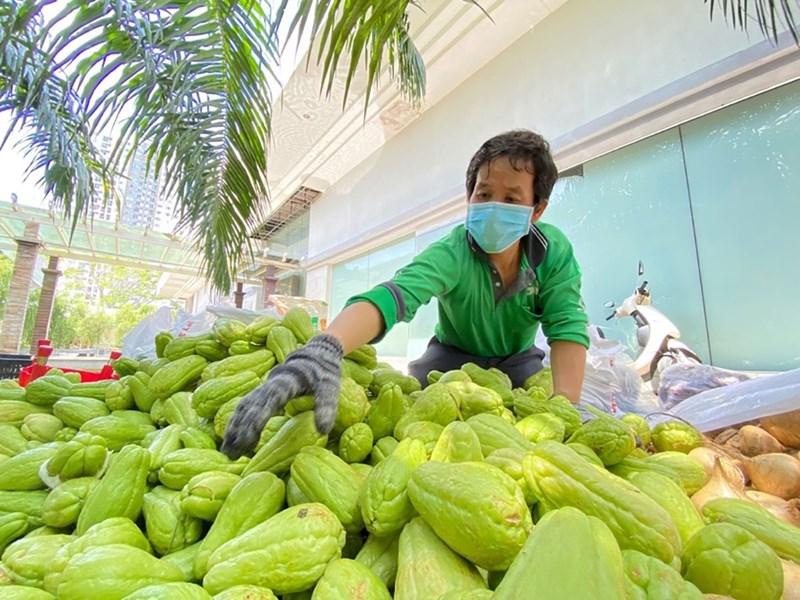 Tạm thời thất nghiệp nhưng anh Phan Bá Cường (tài xế Grab) lại hành động bằng cả trái tim giữa những ngày đại dịch. Ảnh Thu Hoài.