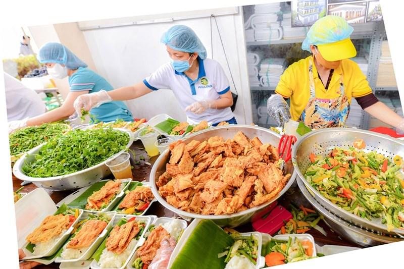 Hơn 20.000 suất ăn mỗi ngày được cung cấp cho các bệnh viện, khu cách ly. Ảnh: Thu Hoài.