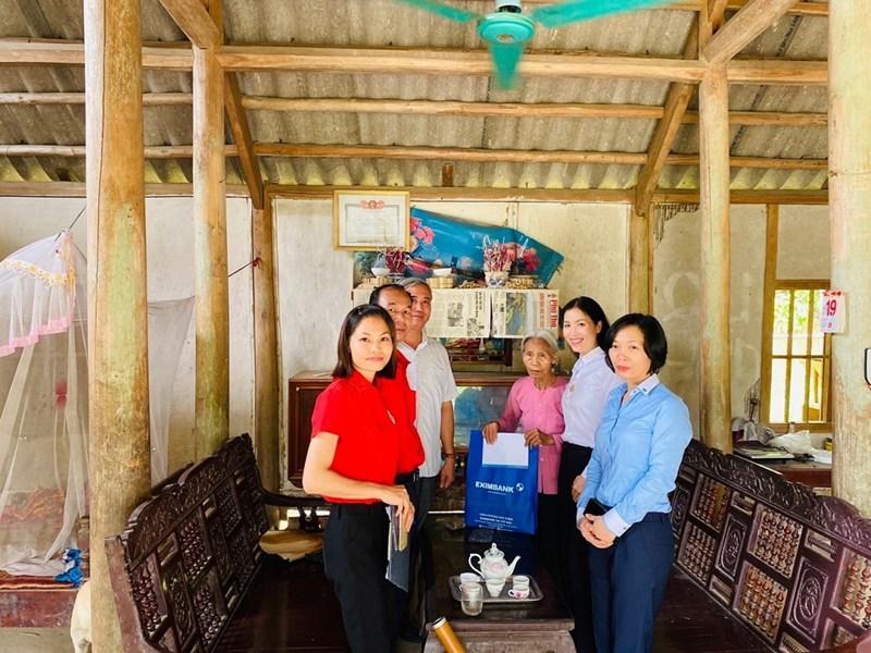 Đoàn cùng Hội chữ thập đỏ, cán bộ xã Ngọc Đồng đến động viên, thăm hỏi hỏi bà Đinh Thị Hoa – vơ của liệt sỹ Hà Văn Thường. Ảnh EIB