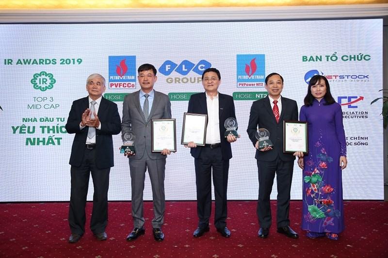 Đại diện Tập đoàn FLC, PVFCCe, PV Pơwer Điện lực Dầu khí Nhơn Trạch 2 nhận giải. Ảnh ST