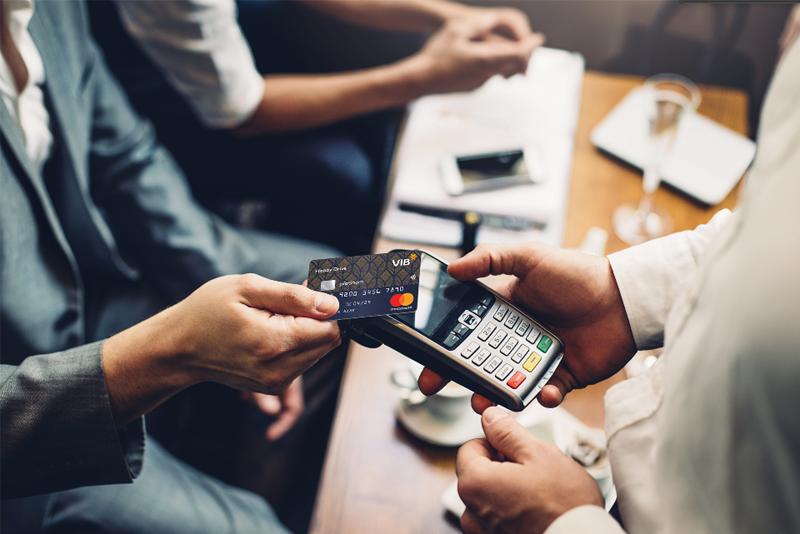 Smart Card - Với lợi ích vượt trội về tính an toàn, tiện lợi, tức thời và giảm thiểu tối đa sự ngắt quãng trong quá trình giao dịch. Ảnh VIB