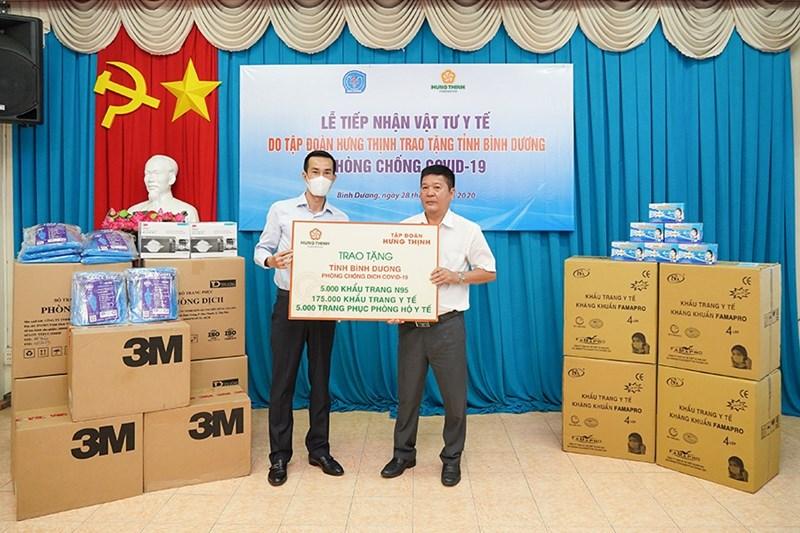 Ông Cao Minh Hiếu - Thành viên HĐQT Tập đoàn Hưng Thịnh, kiêm Phó Tổng giám đốcHưng Thịnh Land (bên trái) trao tặng các vật tư y tế cho đại diện Sở Y tếtỉnh Bình Dương. Ảnh HT