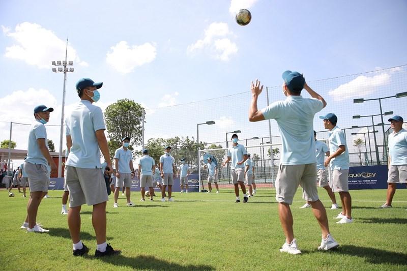 Ban huấn luyện và các cầu thủ Saigon FC – đội bóng đang dẫn đầu bảng xếp hạng V-League 2020 – đến tham quan Aqua City, chứng kiến nghi thức động thổ và trải nghiệm sân bóng đá tại dự án. Ảnh NVL
