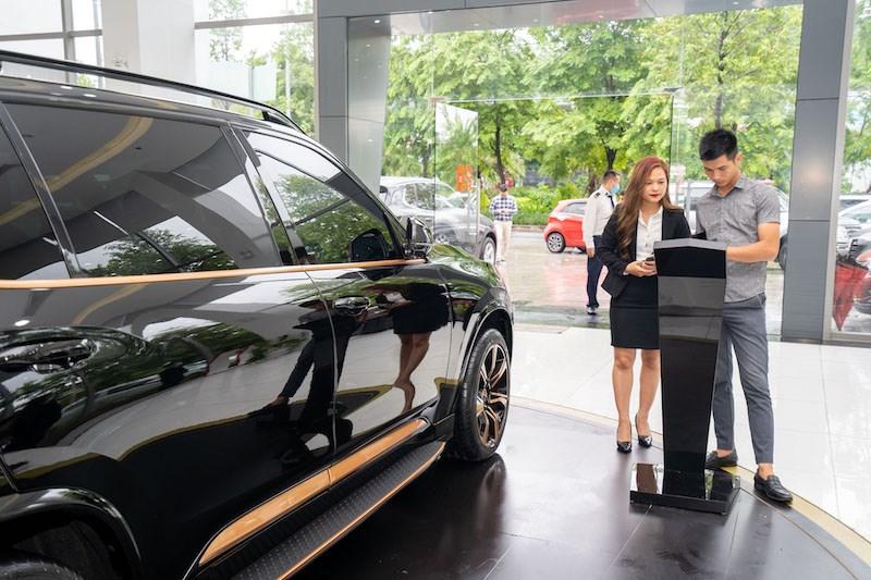 Khách mua xe tìm hiểu về thông tin về màu sơn của VinFast President thông qua màn hình thông tin đặt tại Showroom VinFast tại Hà Nội. Ảnh VIC