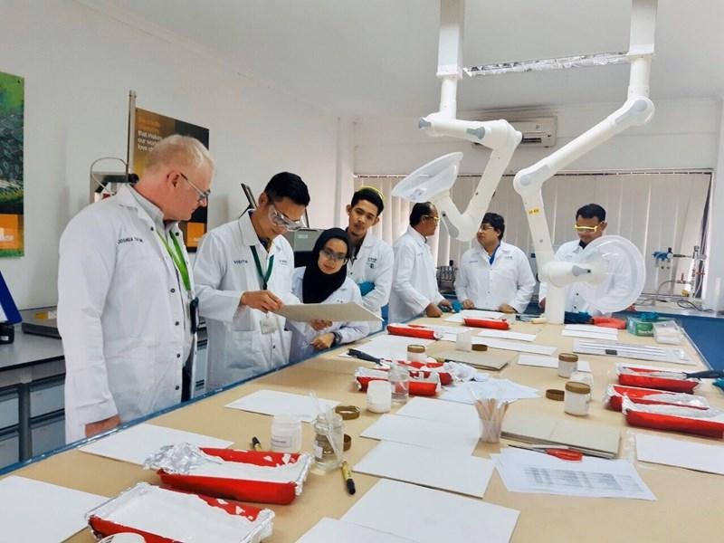 Các kỹ sư Công ty TNHH Sơn Nam Kinh chú trọng đến sản phẩm thân thiện với môi trường, an toàn cho người sử dụng. Ảnh THu Mừng