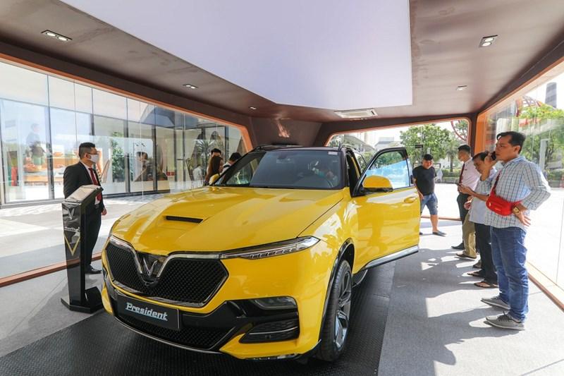 Chiếc VinFast President phô bày hết vẻ rực rỡ của phiên bản màu vàng (Golden Rod). Ảnh VIC