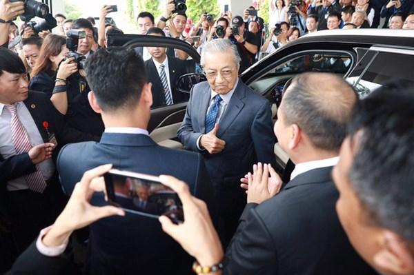 Biểu cảm của ông Mahathir Mohamad sau khi lái chiếc xe VinFast Lux SA2.0 trên cung đường thử dài 3km với vận tốc 100km/. Ảnh VIC