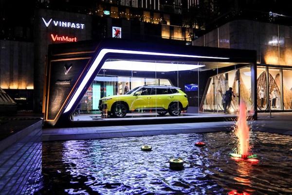 Mẫu xe VinFast President được trưng bày tại sảnh toà nhà cao nhất Việt Nam - Landmark 81. Ảnh VIC