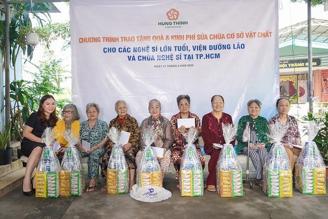 Chia sẻ với các nghệ sĩ lão thành, bà Huỳnh Thị Xuân Hiếu thăm hỏi và trao quà của Tập đoàn Hưng Thịnh gửi tặng các nghệ sĩ tại Viện dưỡng lão nghệ sĩ. Ảnh HT