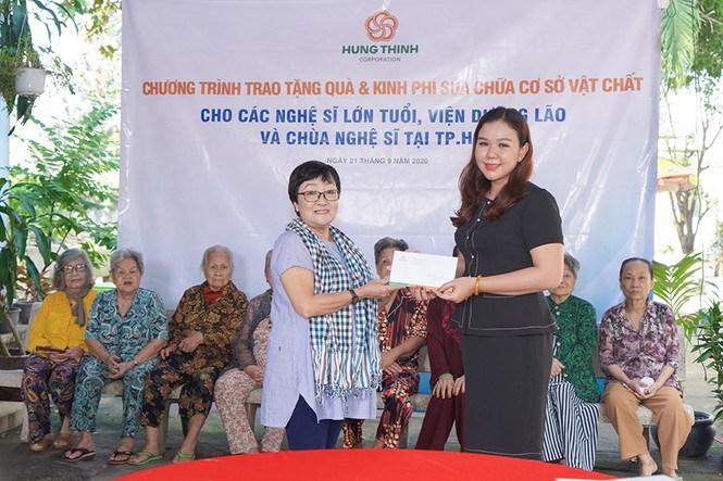 Bà Huỳnh Thị Xuân Hiếu trao hỗ trợ 20 triệu đồng tiền mặt của Tập đoàn Hưng Thịnh cho Viện dưỡng lão nghệ sĩ. Ảnh HT