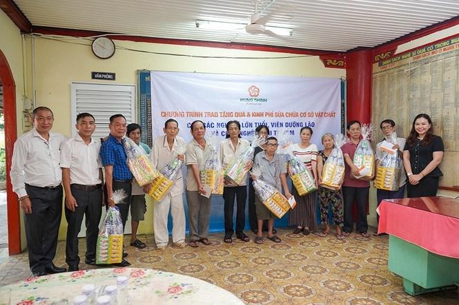 Đại diện Tập đoàn Hưng Thịnh trao quà cho các nghệ sĩ lão thành tại Chùa Nghệ s. Ảnh HT
