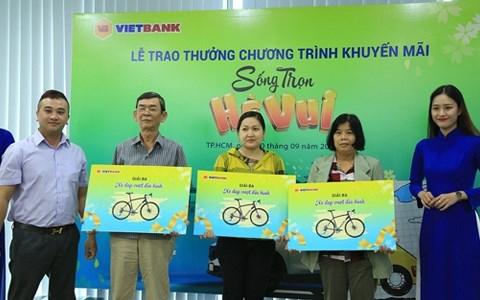 """Ông Nguyễn Nguyên Hoàng - Giám đốc TT Marketing Vietbank trao cho các khách hàng trúng giải Ba của chương trình """"Sống trọn hè vui"""" Ảnh VB"""