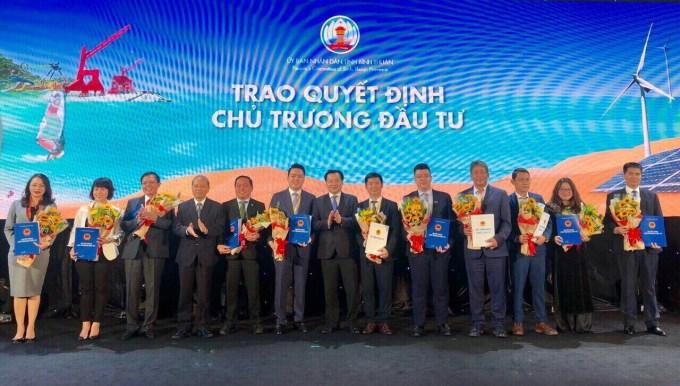 Lãnh đạo tỉnh Bình Thuận trao quyết định chủ trương đầu tư cho dự án Thanh Long Bay và 10 dư án khác với tổng vốn đầu tư trên 23.152 tỷ đồng. Ảnh HLP