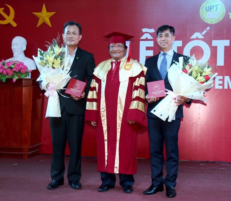 Hiệu trưởng trường Đại học Phan Thiết trao hoa lưu niệm cho đại diện Tập đoàn Novaland. Ảnh NVL