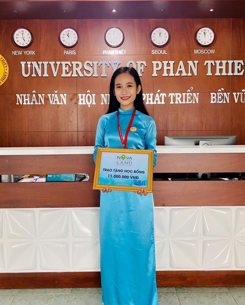 Em Nguyễn Thị Lam Tường nhận học bổng do Tập đoàn Novaland trao tặng. Ảnh NVL