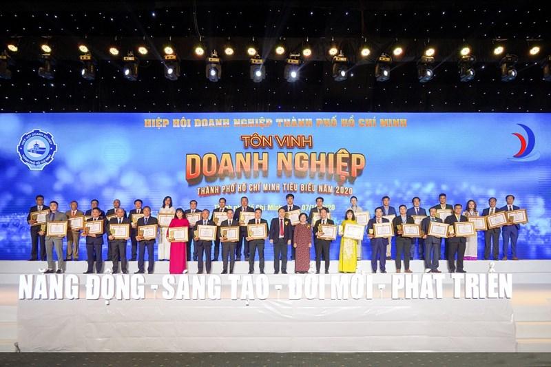 Ông Nguyễn Đình Trung và ông Lê Trọng Khương cùng đại diện các doanh nghiệp nhận giải thưởng Doanh nghiệp TP.HCM tiêu biểu năm 2020. Ảnh HT