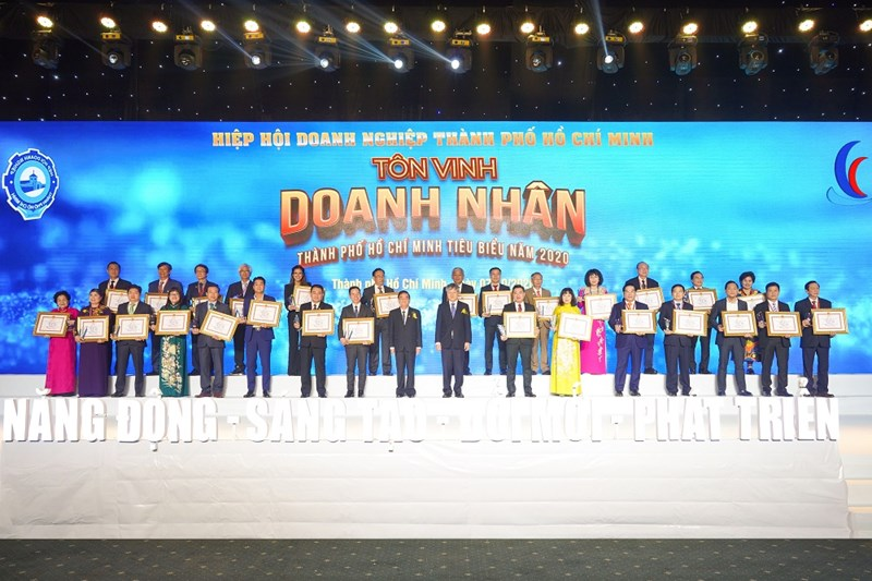 Ông Nguyễn Đình Trung cùng các doanh nhân nhận giải thưởng Doanh nhân TP.HCM tiêu biểu năm 2020. Ảnh HT