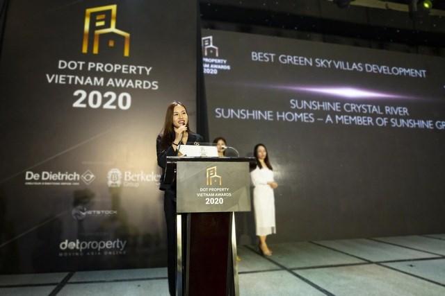 Bà Đỗ Hồng Nhung chia sẻ cảm xúc khi nhận giải thưởng Tổ hợp biệt thự trên không xu hướng xanh tốt nhất Việt Nam 2020 dành cho Sunshine Crystal River. Ảnh Sunshine Group