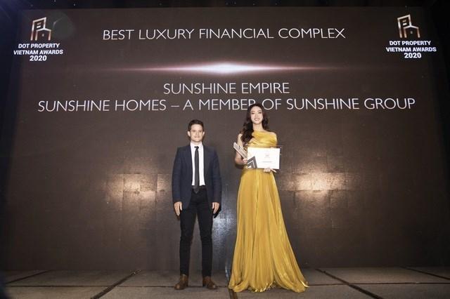 """Top 12 Miss World 2019 Lương Thùy Linh - Đại sứ thương hiệu Sunshine Homes, Giám đốc Phát triển Dự án Sunshine Empire nhận giải thưởng """"Tổ hợp tháp tài chính cao cấp tốt nhất Việt Nam 2020"""" dành cho Sunshine Empire. Ảnh Sunshine Group"""