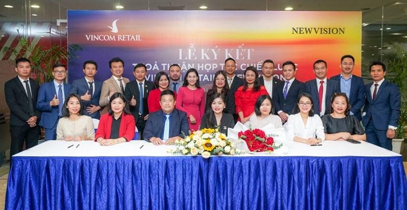 Vincom Retail cũng đã ký biên bản ghi nhớ thỏa thuận hợp tác với 14 công ty bất động sản. Đây là các công ty tham gia chương trình triển khai cho thuê shop thuộc dự án Grand World Phú Quốc. Ảnh VIC