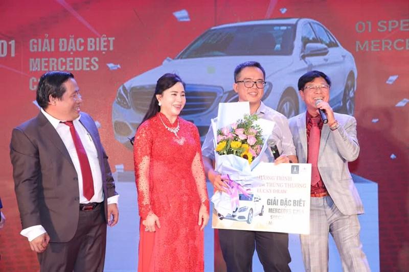 Ông Trương Anh Tuấn - Chủ tịch kiêm Tổng Giám đốc CTCP Tư vấn Thương mại Dịch vụ Địa ốc Hoàng Quân trao giải nhất là 1 xe Mercedes C250 cho khách hàng may mắn. Ảnh HQC