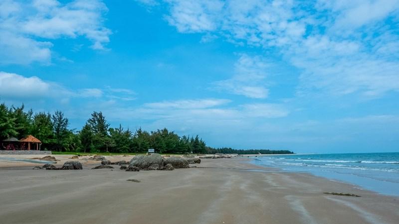 Trên bãi cát trắng mịn ở Hồ Tràm, các hoạt động cắm trại, thong dong dạo biển, hít thở không khí trong lành mang đến sự yên bình vào những ngày cuối tuần. Ảnh NVL