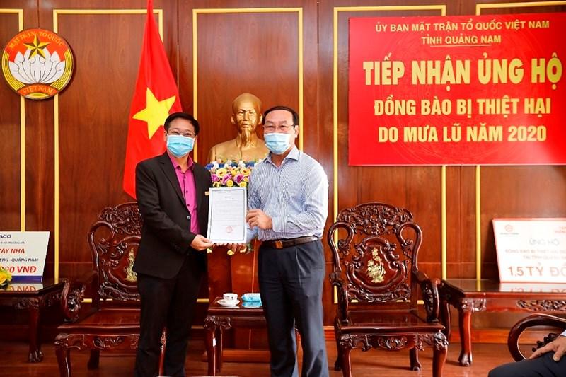 Ông Võ Xuân Ca - Chủ tịch UB MTTQ Việt Nam tỉnh Quảng Nam gửi thư cảm ơn đến Tập đoàn Hưng Thịnh. Ảnh HT