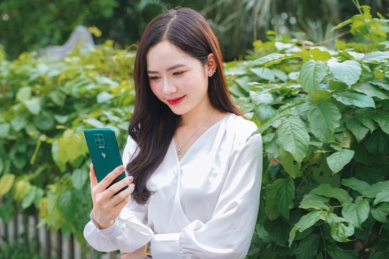 Vsmart Aris là smartphone tầm trung được trang bị viên pin lớn 4.000 mAh sạc nhanh 18W . Ảnh VIC