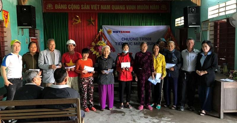 """Cán bộ nhân viên của Vietbank trao quà chương trình """"Tiếp sức miền Trung"""" tại tỉnh Quảng Bình. Ảnh Vietbank"""