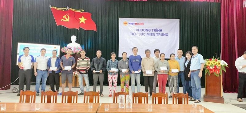 """Cán bộ nhân viên của Vietbank trao quà chương trình """"Tiếp sức miền Trung"""" tại tỉnh Quảng Nam. Ảnh Vietbank"""