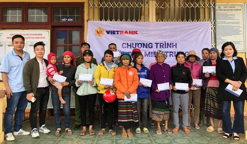 """Cán bộ nhân viên của Vietbank trao quà chương trình """"Tiếp sức miền Trung"""" tại tỉnh Quảng Trị. Ảnh Vietbank"""