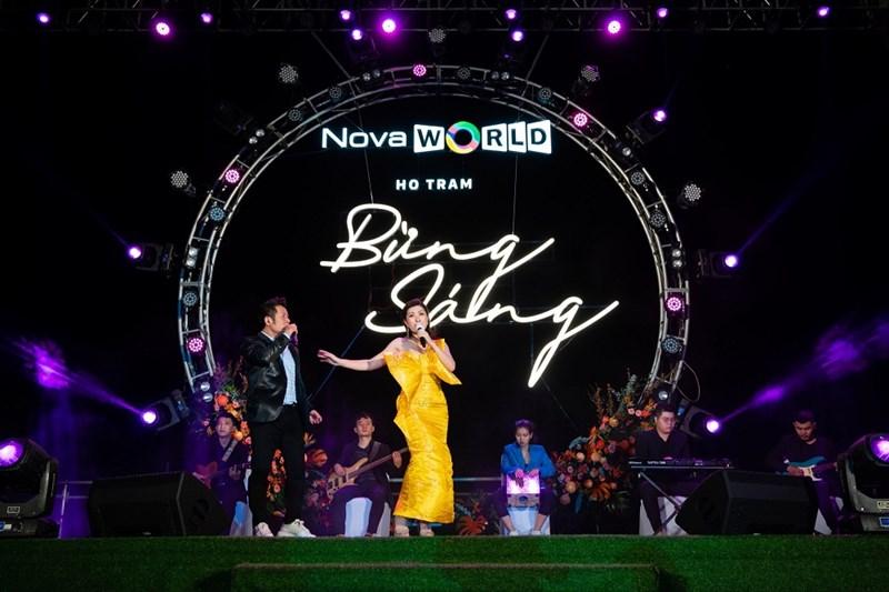 Khách hàng thưởng thức giọng hát Bằng Kiều, Nguyễn Hồng Nhung trong ánh hoàng hôn bên bờ biển Hồ Tràm. Ảnh: Novaland.