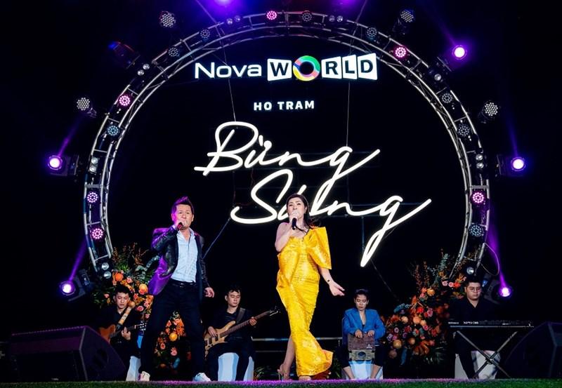 Ca sĩ Bằng Kiều và Nguyễn Hồng Nhung trình diễn tại sự kiện. Ảnh Novaland