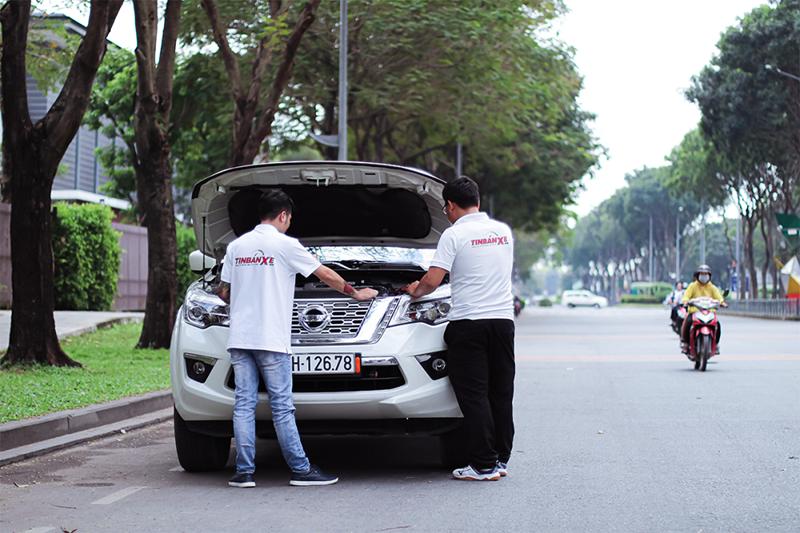 Chuyên gia Tin Bán Xe và chuyên viên kỹ thuật Tin Bán Xe hỗ trợ kiểm tra và thẩm định xe với giá tốt nhất. Ảnh Ngoan Nguyễn