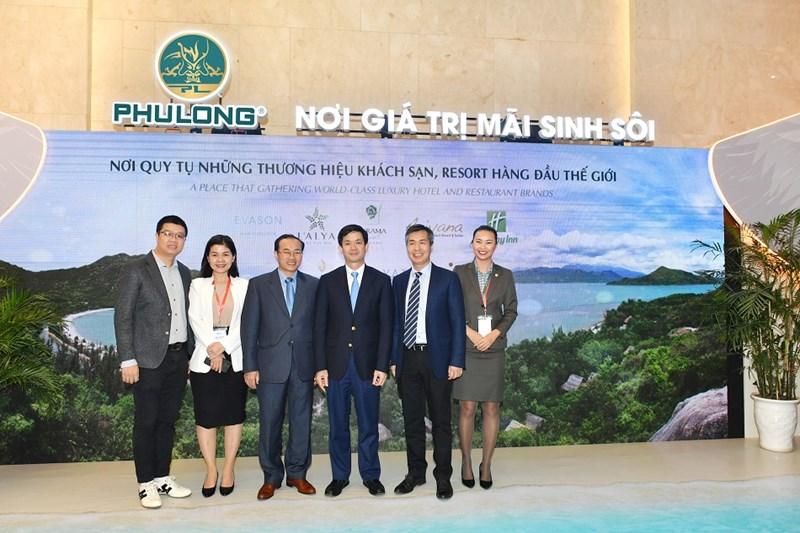 Các lãnh đạo cấp cao tham quan gian hàng giới thiệu các dự án của Phú Long trong khuôn khổ Diễn đàn du lịch cấp cao 2019. Ảnh Thu Hoài