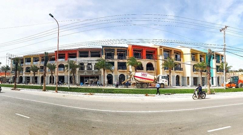 Các căn shophouse hai mặt tiền đang trong giai đoạn hoàn thiện, bàn giao các căn đầu tiên tháng 12/2020 tại NovaWorld Phan Thiet. Hình Novaland